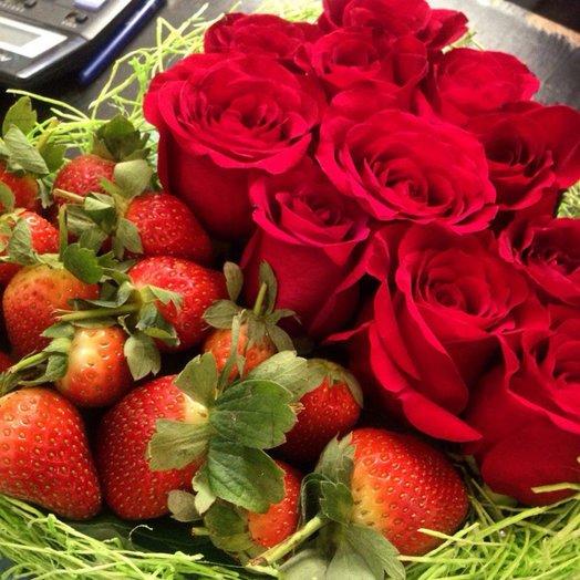 Сердце из клубники и роз: букеты цветов на заказ Flowwow