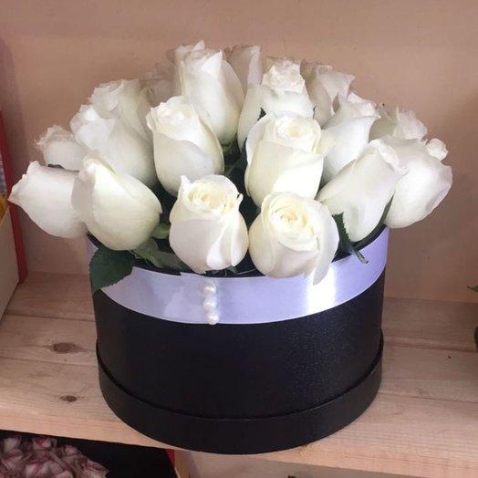 25 белоснежных роз в шляпной коробке