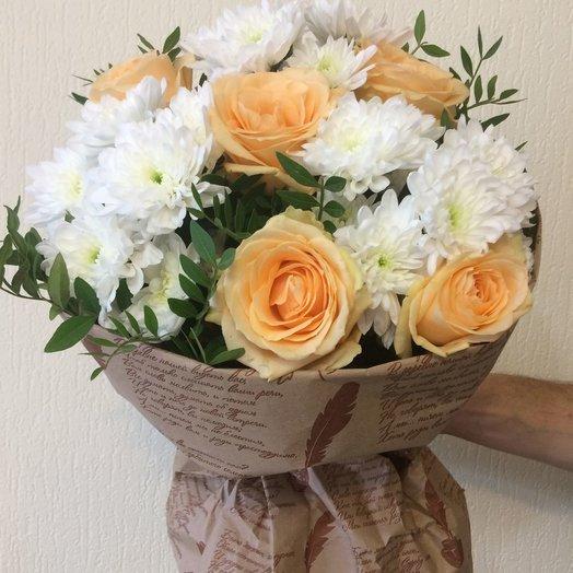 Карамельные розы и белые хризантемы: букеты цветов на заказ Flowwow