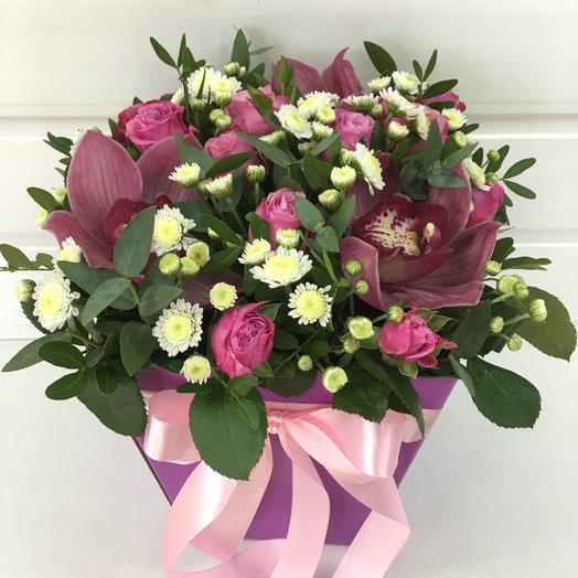 Коробка с орхидеями и кустовыми розами