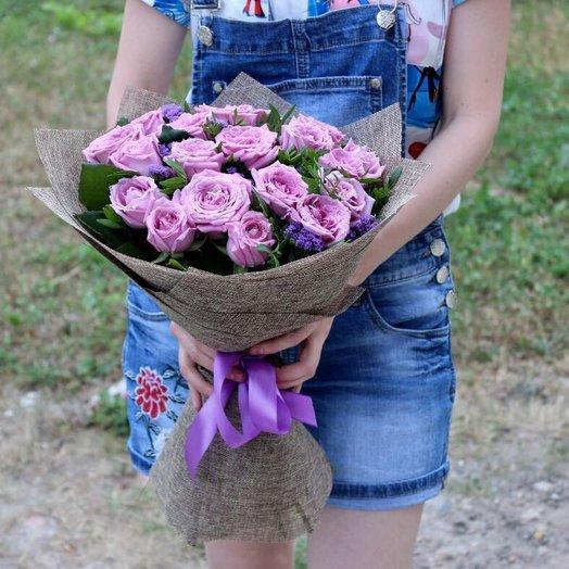 Букет с розами и зеленью: букеты цветов на заказ Flowwow