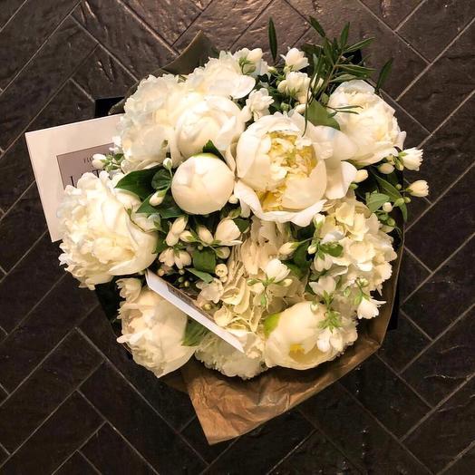 Ароматные пионы и Жасмин в фирменном пакете La Tulipe: букеты цветов на заказ Flowwow