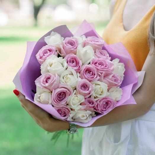25 Белых и розовых роз: букеты цветов на заказ Flowwow