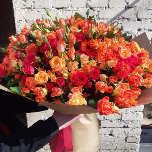 Огромный и яркий букет кустовых роз: букеты цветов на заказ Flowwow