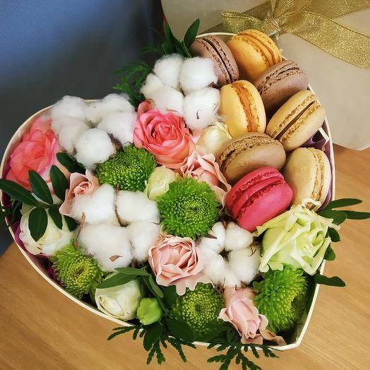 Цветы в коробке с макарун