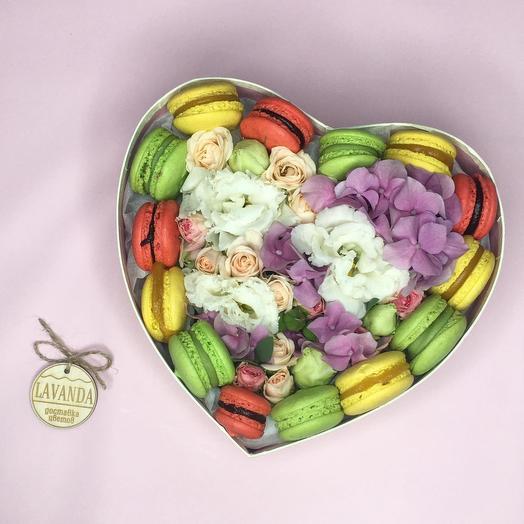 """Коробка с цветами и макарунсами """"Bright emotions"""""""