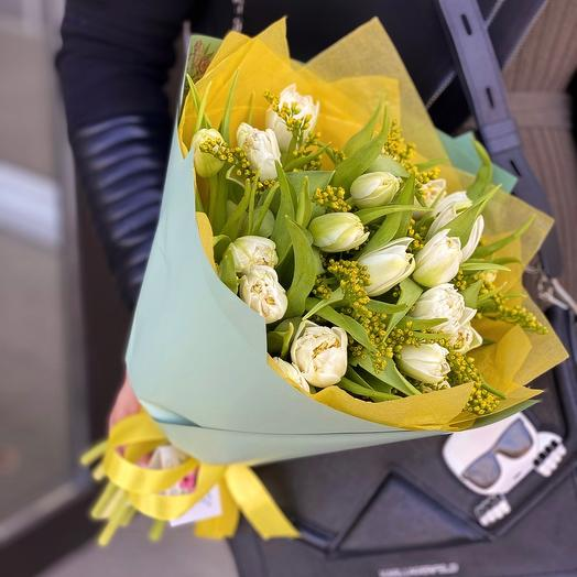 Bouquet of 19 peony-shaped tulips with solidago