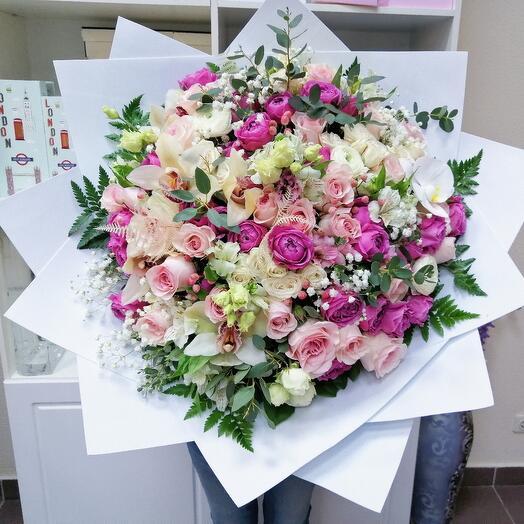 Пышный букет с орхидеями