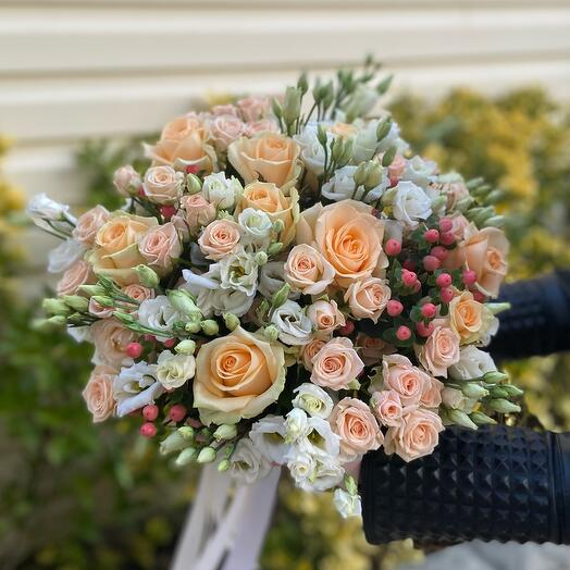 A classic bouquet of roses and eustoma