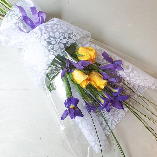 Букет из ирисов и желтых роз