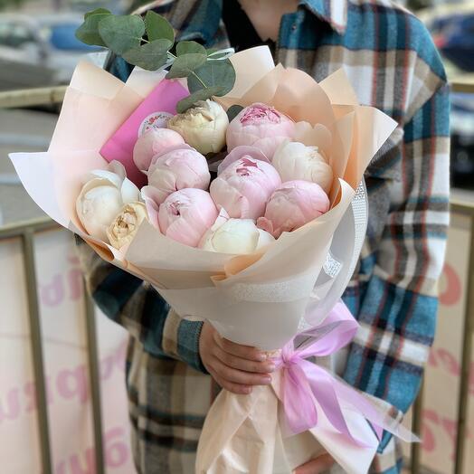Букет из 11 розово-белых пионов