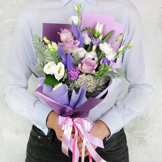Букет из лизиантусов, гвоздик, роз и фрезий