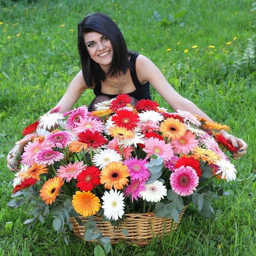 Композиция из 101 герберы в плетеной корзине: букеты цветов на заказ Flowwow