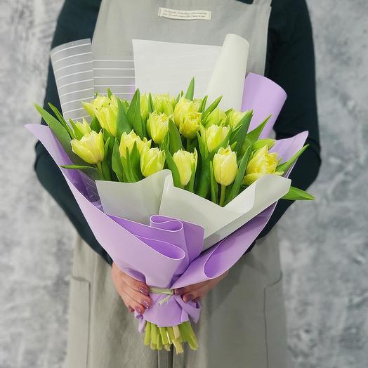 Стильный букет из светло желтых тюльпанов в дизайнерской упаковке: букеты цветов на заказ Flowwow