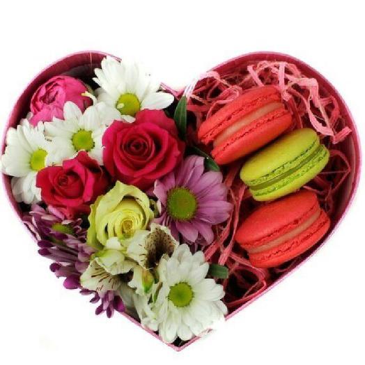 Коробка с цветами и макарунс