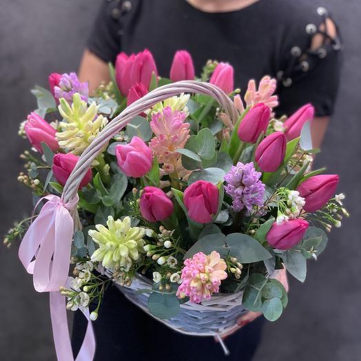 Гиацинты и Тюльпаны в корзинке: букеты цветов на заказ Flowwow