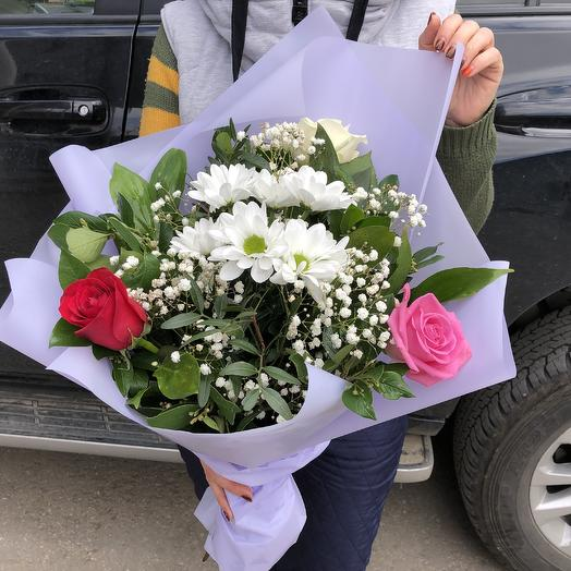 Букет из разноцветных роз и хризантем