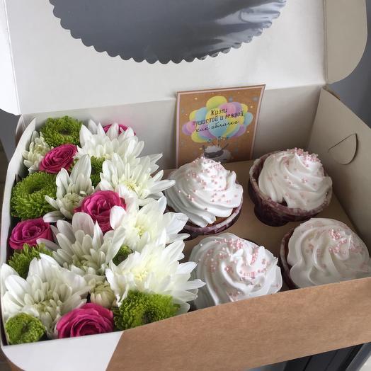 Цветочный микс и 4 капкейка: букеты цветов на заказ Flowwow