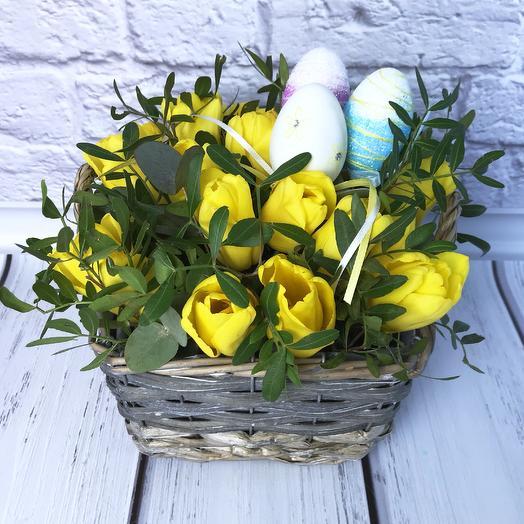Пасхальная корзинка с тюльпанами: букеты цветов на заказ Flowwow