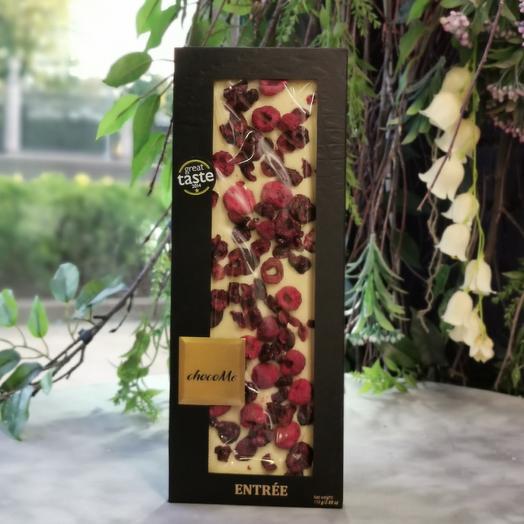 Молочный шоколад ручной работы с малиной и вишней: букеты цветов на заказ Flowwow