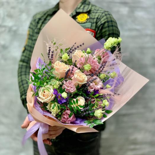 Букет «Нежные объятия» с розами, лизиантусом и лавандой