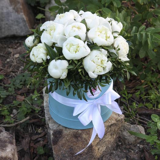 15 белых пионов с зеленью в коробке: букеты цветов на заказ Flowwow