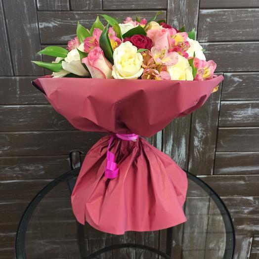 Нежный букет из роз и альстромерии
