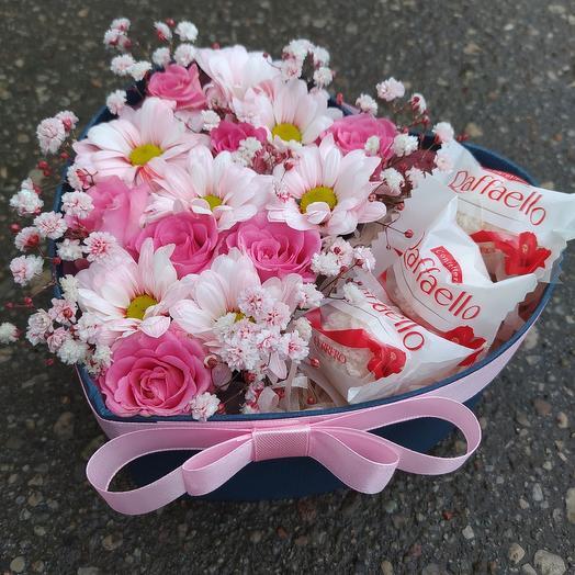 Цветы в коробке с рафаэллкой