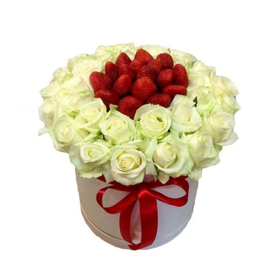 Цветы в коробке /белая роза с клубникой