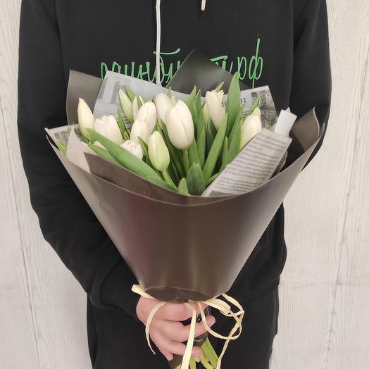 Сдержанный и брутальный, букет из белоснежных тюльпанов