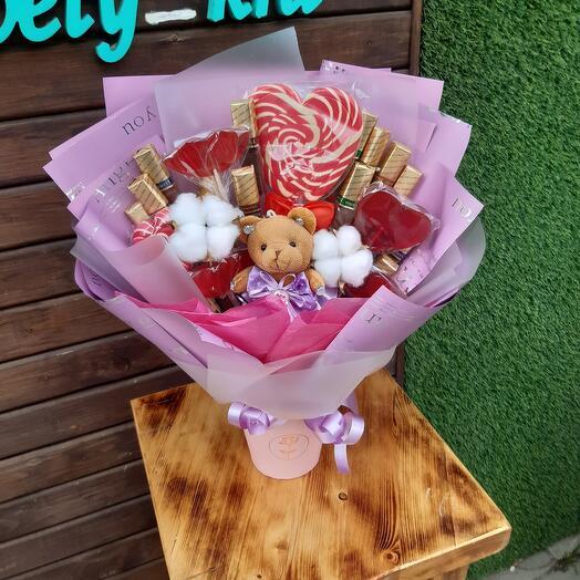 Букет с игрушкой и конфетами