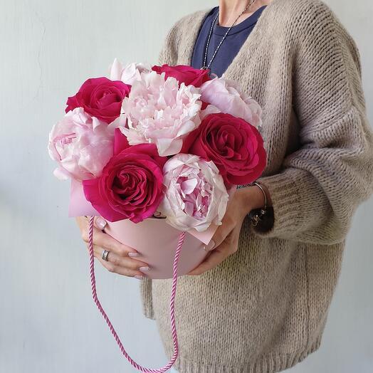 Пионы и розы в шляпной коробке