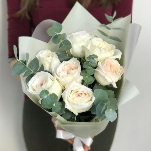 """Букет из 7 ароматных пионовидных роз """"White O Hara"""" с эвкалиптом"""