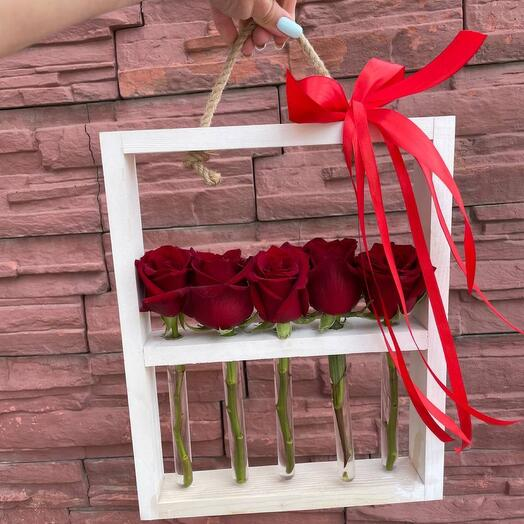 Деревянная стойка с розами
