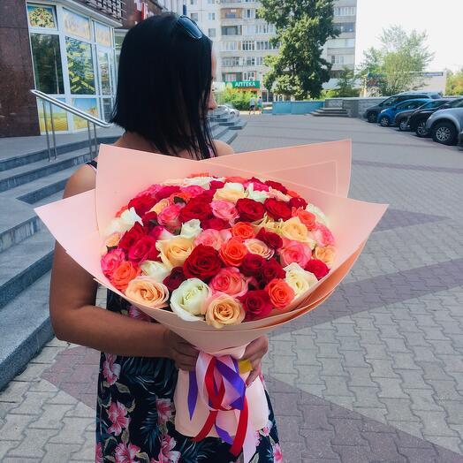 Букет из разноцветных ярких 71 розы