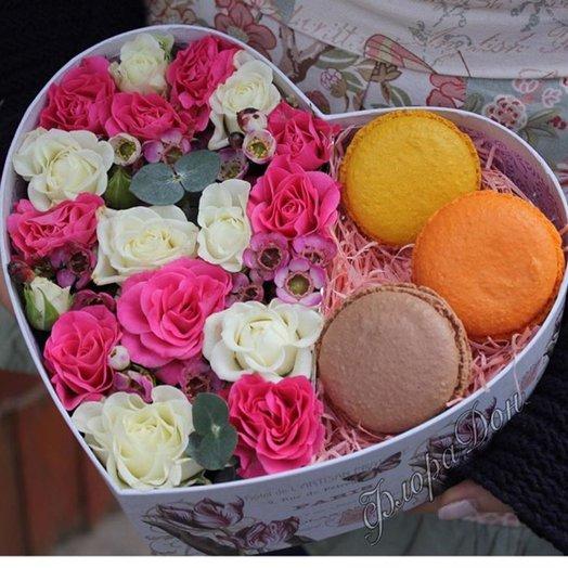 Коробочка сердце с макарунами: букеты цветов на заказ Flowwow