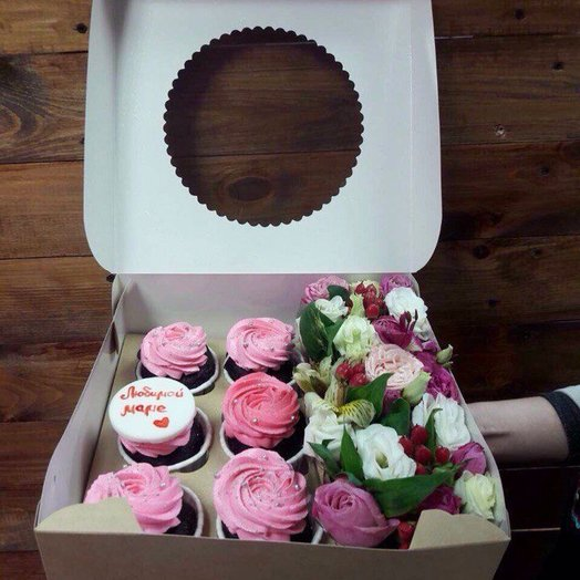 Коробка с капкейками и цветочной композицией: букеты цветов на заказ Flowwow