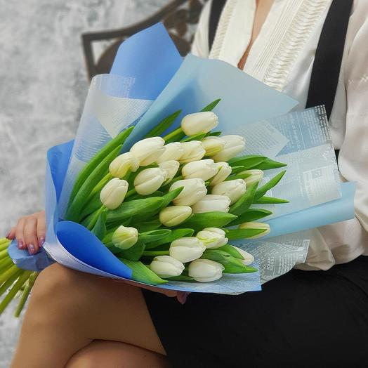 Элегантный букет из белых тюльпанов в дизайнерской упаковке: букеты цветов на заказ Flowwow