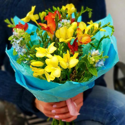 Весенний букет из фрезии и оксипеталлума: букеты цветов на заказ Flowwow