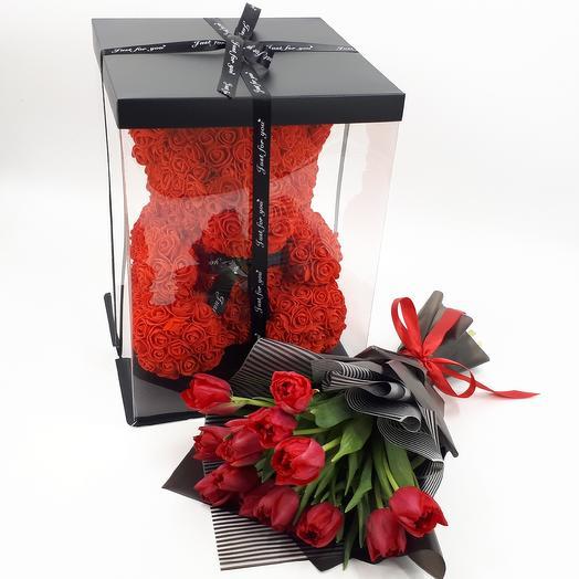 Черное и красное: мишка и тюльпаны