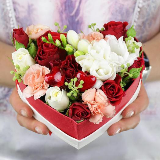 Композиция из роз фрезий и гвоздик в сердце