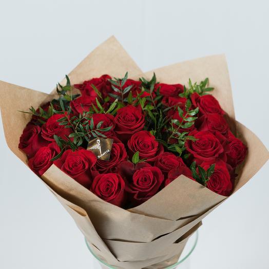 25 роз PREMIUM 60 см в крафте с зеленью