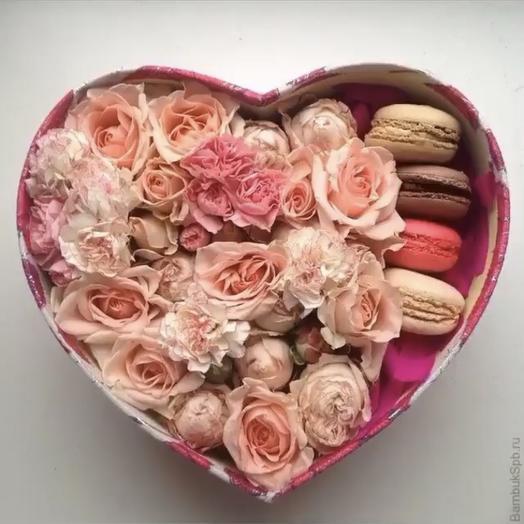Коробка с цветами и макронс: букеты цветов на заказ Flowwow