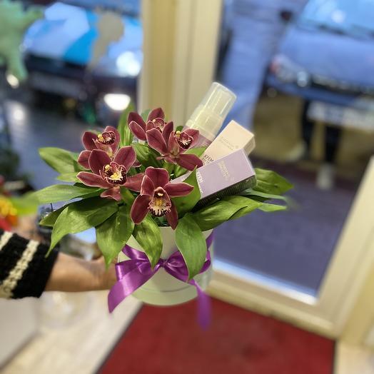 Коробка с орхидеями и косметикой
