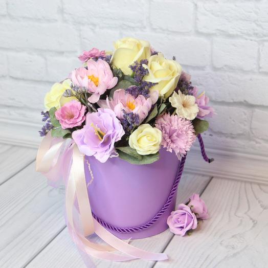 Композиция в фиолетовом кашпо: букеты цветов на заказ Flowwow