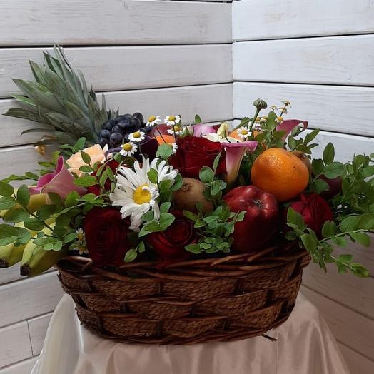 Корзина с цветами и фруктами