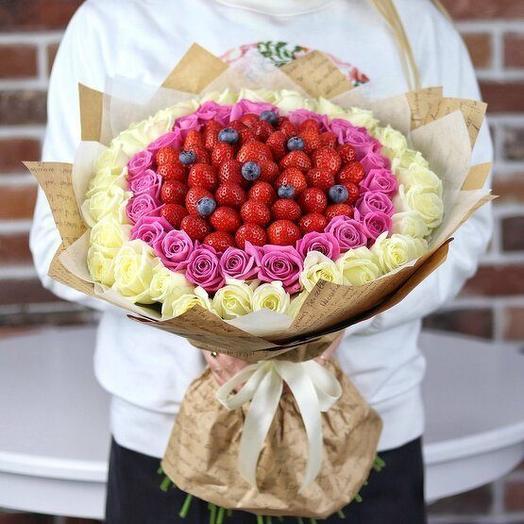 Букет из белых и розовых роз с ягодами