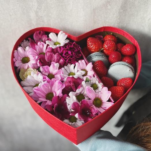 Коробка сердце с клубникой цвет микс