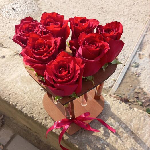 Сердце с колбами из 7 роз