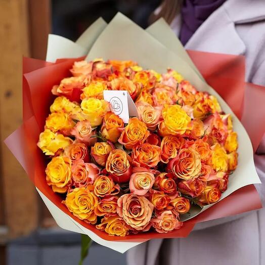 51 желто-оранжевая кенийская роза в красивой упаковке